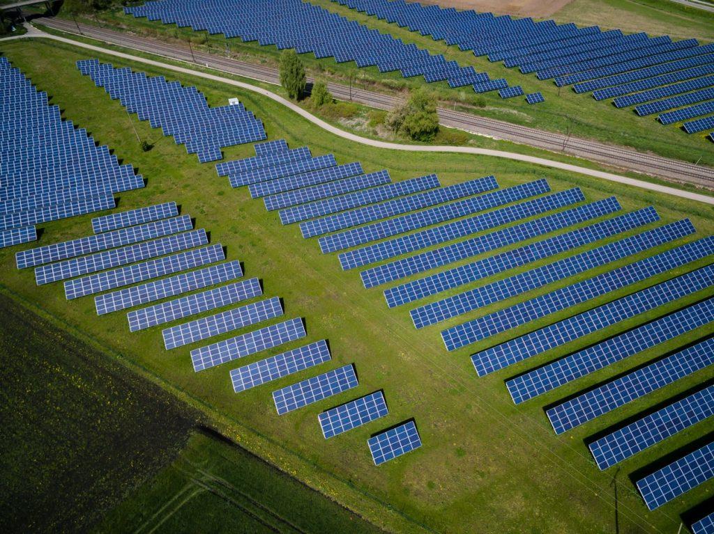 Parc solaire composé de centaines de panneaux photovoltaïques