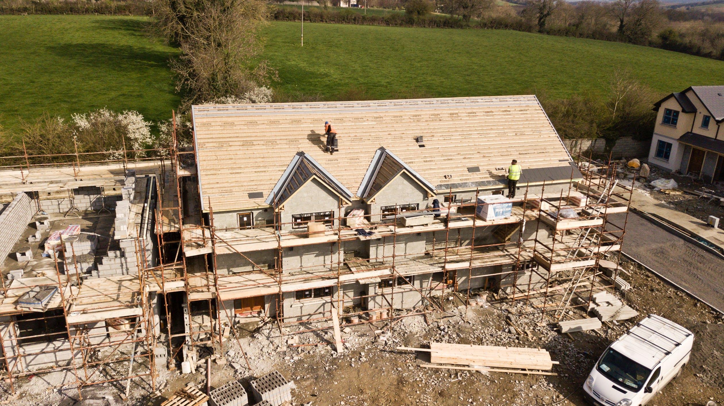 Maison en construction avec des échafaudages