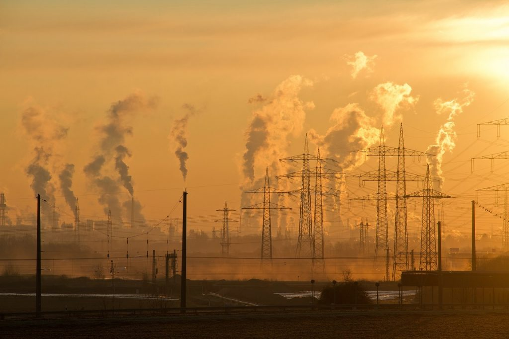 cheminées d'industrie qui rejettent des polluants dans l'air