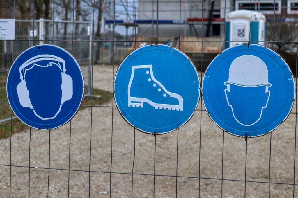 Panneaux qui indiquent l'obligation de porter des protections sur un chantier