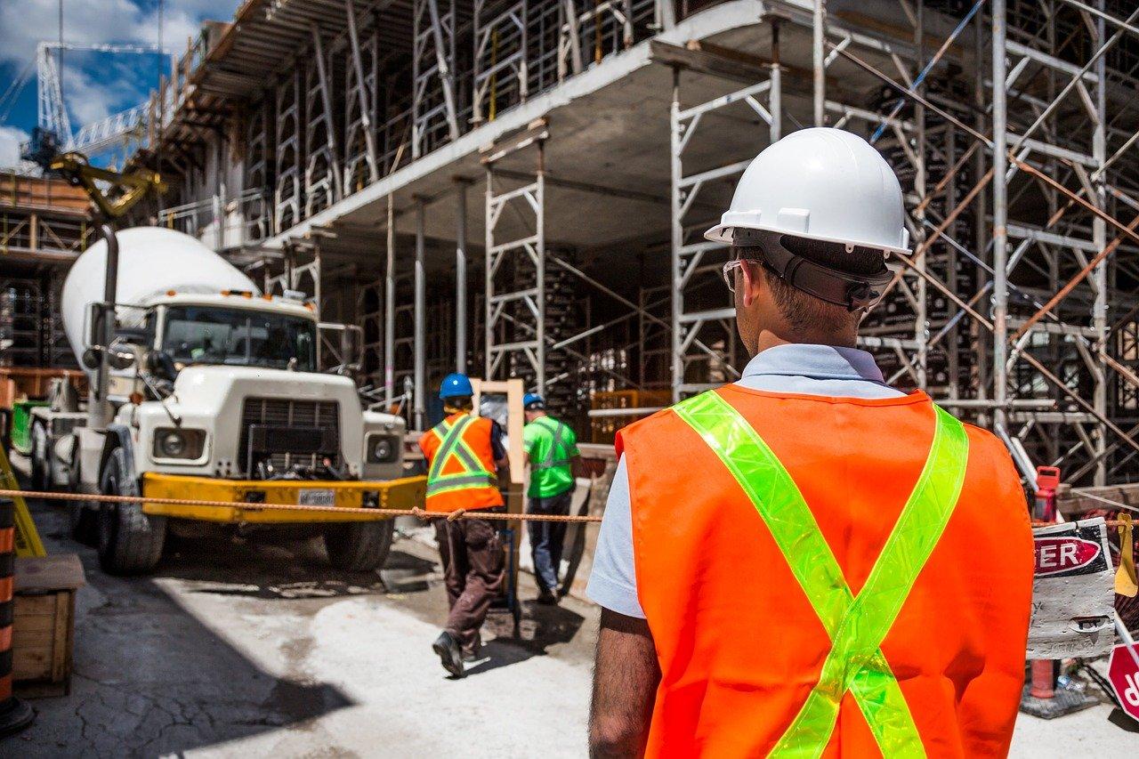 personnes en tenue de sécurité sur un chantier