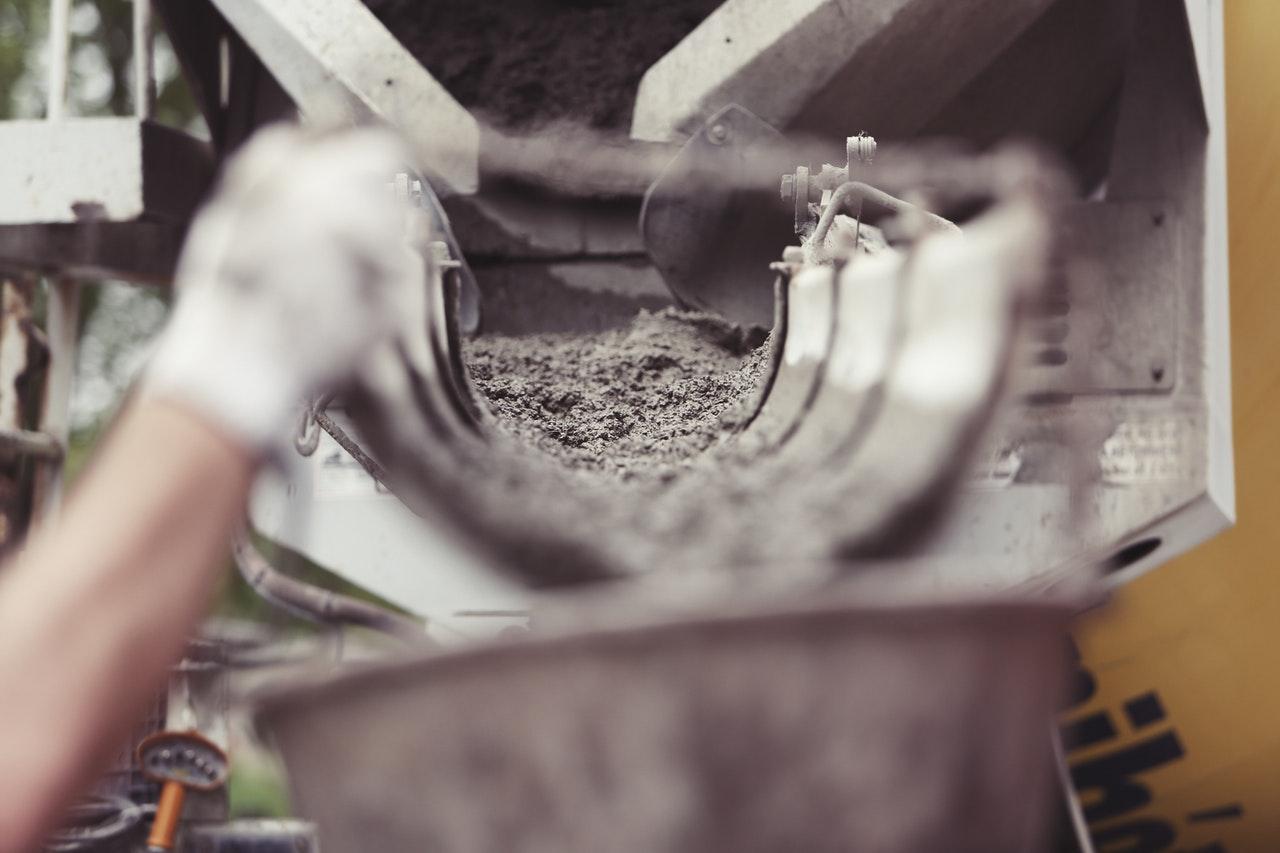 béton qui coule dans une gouttière de chantier