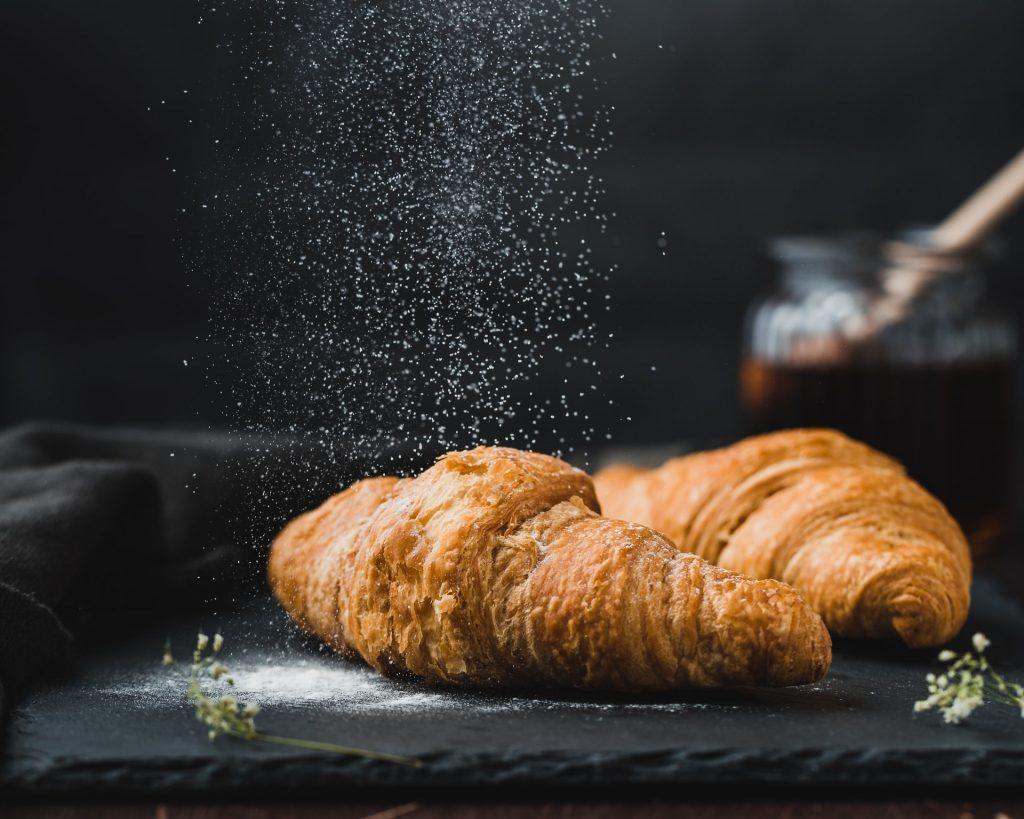 farine de boulanger sur des croissants